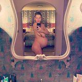 Nur vierTage vor der Geburt präsentiert Jessica Hart noch einmal ihren kugelrunden Babybauch bei Instagram. Splitterfasernackt posiert das Model vor dem Badezimmerspiegel und sieht dabei umwerfend aus.