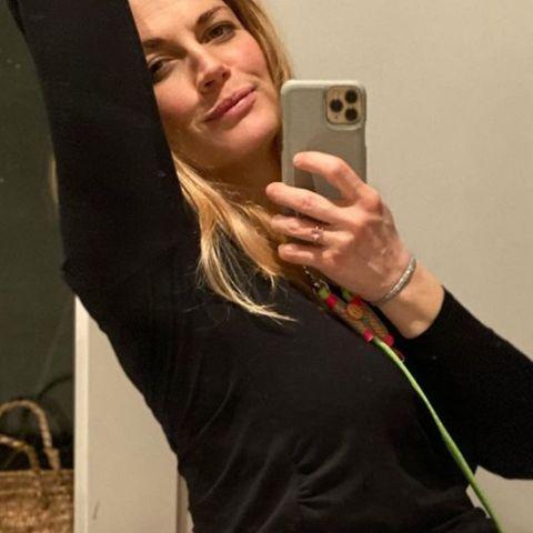 """""""Irgendwann macht es PENG"""", schreibt Nina Bott unter dieses Spiegelselfie mit XXL-Babykugel. Die Schauspielerin ist in der 39. Schwangerschaftswoche und bekommt bald ihr viertes Kind. Sie genießt sichtlich ihre Schwangerschaft und sieht absolut zufrieden aus."""