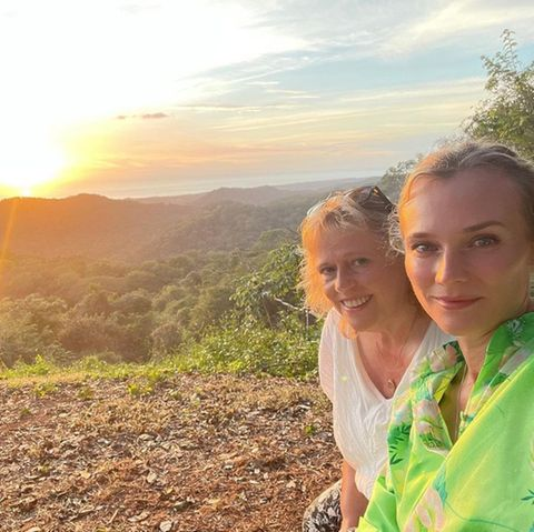 Richtig romantisch wird's für Diane Kruger beim abendlichen Date mit MamaMaria-Theresa Heidkrüger. Das Selfie bei Sonnenuntergang darf da natürlich nicht fehlen.