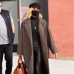 Dass es für die Stars nicht immer Haute Couture sein muss, beweist Schauspielerin Diane Kruger mit diesem Look: Sie trägt einen karierten Mantel von Mango (Preis rund 100 Euro), Rollkragenpullover, eine schwarze Lederleggings und derbe Boots. Coole Accessoires runden den Style ab - besonders der Barett verleiht dem Outfit das gewisse Etwas.