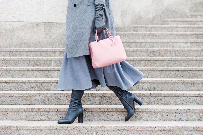 Kleid im Winter kombiniert, Winter-Outfit mit Handschuhen, Handtasche und Stiefeln
