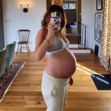 Ashley Tisdale wählt die perfekte Pose, um ihren XXL-Babybauch perfekt in Szene zu setzen. Lange wird dieSängerin und Schauspielerin diesen wohl nicht mehr tragen, denn ihrem Umfang nach zu urteilen, dürfte die Geburt ihrer kleinen Tochterkurz bevor stehen. Es ist das erste Kind von ihr und ihrem MannChristopher French.
