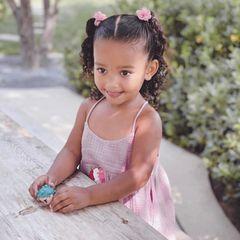 """Für Tochter Chicago Kardashian dürfte es trotz der derzeitigen Trennungsgerüchte ihrer Eltern Kim und Kanye ein schöner Geburtstag gewesen sein. Sie selbst trägt ein hübsches Spaghetti-Kleid in Rosa und kleine Rosenclips im Haar. Mama Kim schreibt zu dem hübschen Schnappschuss: """"Du hast die süßeste hohe Stimme und ich könnte ihr den ganzen Tag zuhören. Du bringst so viel Magie in unser Leben."""""""