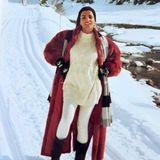 Na, hätten Sie diese deutsche Moderatorin erkannt? Birgit Schrowange postet auf Instagram ein Throwback-Foto von sich, das 30 Jahre alt ist. Es zeigt die heute 62-Jährige mit einem langen dunkelroten Mantel, weißer Leggings und einem ebenfalls weißen Pullover inmitten einer wunderschönen Schneelandschaft. Die Gesichtszüge sind bis heute gleich, einzig und allein die Haarfrisur hat sich bei der Moderatorin verändert.