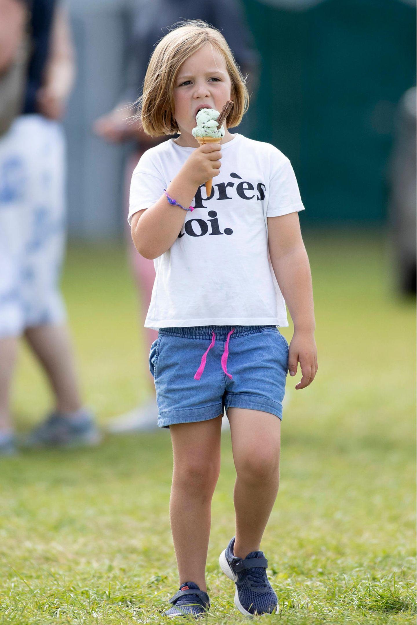 """""""Après toi"""", zu Deutsch: """"Nach dir"""", steht auf Mia Grace Tindalls Shirt. Heute, am 17. Januar, sollte sichdieTochter von Queen-Enkelin Zara Phillips allerdings nicht in Zurückhaltung üben, denn es ist ihr 7. Geburtstag, den sie hoffentlich im kleinen Kreis der Familie ausgiebig (und ebenfalls mit einer Kugel Eis?) feiern wird."""
