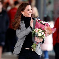 Ein Jahr zuvor, im Oktober 2018, sah man Herzogin Kate ebenfalls in dem 660 Euro teurem Blazer des Labels Smythe. Mit Rollkragenpullover und Jeans - beides in Schwarz - kommt die klassische Jacke mit Seitentaschen und Applikationen am Kragenbesonders gut zum Vorschein.