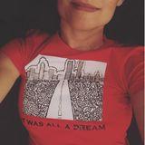 """""""It was all a Dream"""" (zu Deutsch: Es war alles nur ein Traum), steht in schwarzer Schrift auf dem Shirt von Katie Holmes. Darüber ist ein gemaltes Bild mit einer Skyline und einer Straße zu sehen. Auf den ersten Blick ein hübsches Shirt, welches Katie ihren rund 2,2 Millionen Instagram-Fans mit einem Lächeln im Gesicht nicht vorenthalten möchte. Doch wie aus den Kommentaren herauszulesen ist, scheint das Bild von keinem Geringeren als ihrem Freund Emilio Vitolo gezeichnet worden zu sein. Was für einsüßer Liebesbeweis!"""