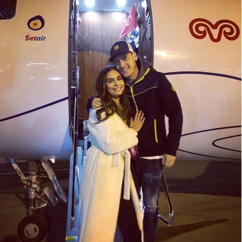 Ein schnelles Foto kurz vor Abflug musste noch sein: Amine und Mesut Özil posieren gemeinsam auf der Flugzeugtreppe – er im lässigen Sportlook, sie im eleganten weißen Mantel. Das schönste Accessoire der Beiden: Ihr glückliches Lächeln.