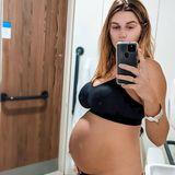"""Zwei Stunden nach der Geburt entsteht dieses Selfie in Unterwäsche. """"Schwangerschaft und Geburt haben mir eine ganz neue Sichtweise auf meinen Körper gegeben"""", schreibt Ashley zu dem Foto. """"Ich habe das Gefühl, dass Frauen gesagt bekommen, sie müssten Angst vor den körperlichen Veränderungen während und nach der Schwangerschaft haben, dabei empfinde ich es als sehr befreiend. Ich finde es erstaunlich zu beobachten, wie sich mein Körper jeden Tag verändert. Lasst euch nicht von unrealistischen Bildern täuschen!"""""""