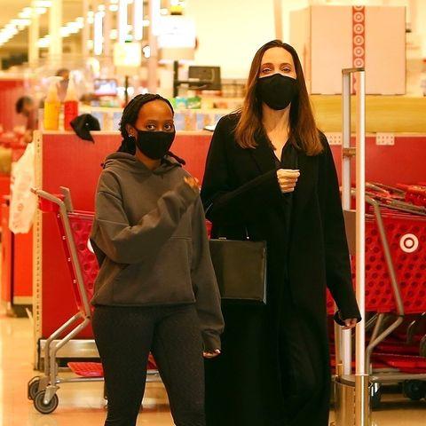 16. Januar 2021  Herrlich normal: Angelina Jolie gehtzusammen mit Tochter Zahara ganz entspannt im Supermarkt einkaufen. Mit denMasken erkennt man sie aber auch kaum.