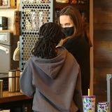 Und wie es sich für eine richtige Mutter-Tochter-Shoppingtour gehört, legen die beiden einenZwischenstopp ein und gönnen sich einen Kaffee.