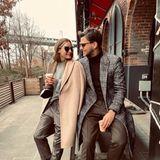 Ein Paar, das immerwie aus dem Ei gepellt und perfekt gestylt ist.Aber dieser winterliche Look von Olivia Palermo und Johannes Huebl in gedeckten Farben gefällt uns besonders gut.