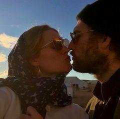 Instagram vs. Realität: Toni Garrn und Alex Pettyfer geben sich ganz romantisch im Sonnenuntergang in der Wüste von Marokko einen Knutscher. Ihr augenzwinkernder Kommentar lässt aber vermuten, dass dieser Kuss nicht ganz ungestellt war, und dass sie als Ehepaar bei Sonnenuntergang eher ganz unromantisch frieren anstatt zu knutschen. Verliebt sind die beiden aber ohne Zweifel immer noch.