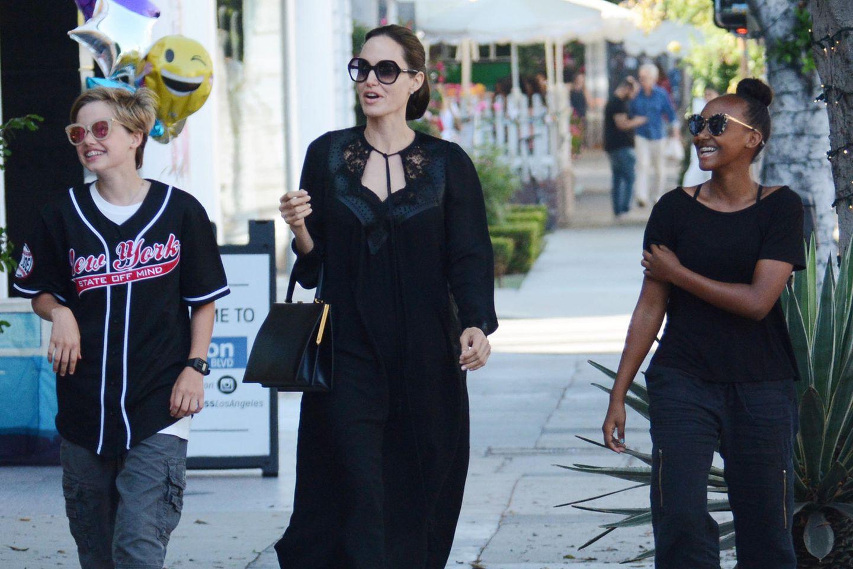Angelina Jolie mit ihren Töchtern Shiloh (l.) und Zahara 2018 beim Shopping in Los Angeles