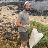 """Gemeinsam mitder """"Pacific Whale Foundation"""" beteiligt sich Patrick Schwarzenegger an einem Beach clean up und hält die Küste von Maui sauber."""