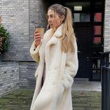 In einen kuscheligen Mantel gehüllt trotzt Ann-Kathrin Götze mit einem Kaffee in der Hand der Kälte.