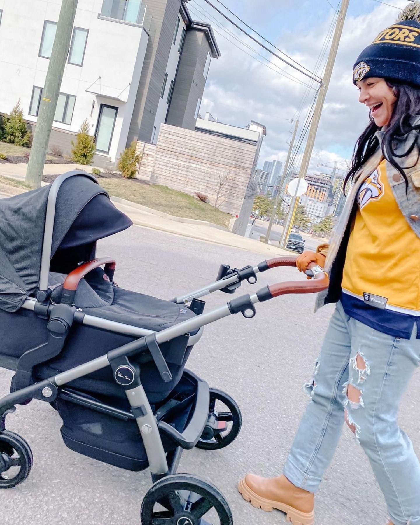 """Neu-Mama Jessica Szohr schiebt ihr Töchterchen Bowie Ella Richardson in einem granitgrauen """"Wave""""-Kombikinderwagen der Marke SilverCross. So sieht eine stolze Mutter aus!"""
