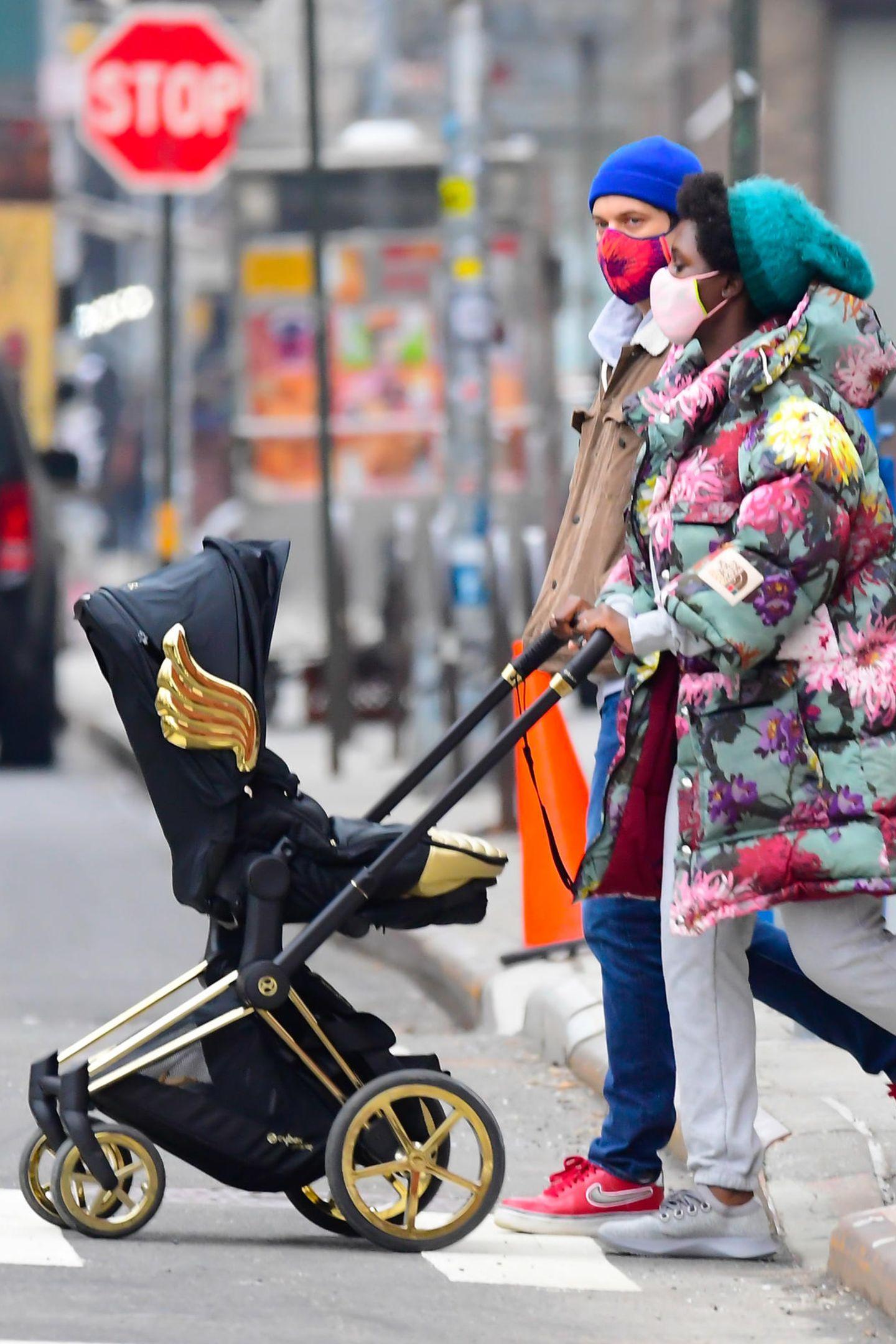 """Was für eine trendige Familie! Jodie Turner-Smith und Joshua Jackson haben für ihre kleine Tochter den schwarz-goldenen Cybex """"Priam"""" in der Sonderedition von Jeremy Scott ausgesucht."""