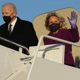 Willkommen in Washington, Joe und Jill Biden!Mit einem eigens gecharterten Flugzeug landet das Paar am FlugplatzJoint Base Andrews. Eigentlich war vorgesehen gewesen, dass dieBidens für die Reise einen Luftwaffenjet der Regierung benutzen. Aber: Donald Trump erlaubte esnicht ...