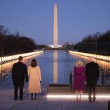 Am Abend sorgen Joe und Jill Biden mit Kamala Harris und Doug Emhoff für einen Gänsehaut-Moment: Am hell erleuchteten Lincoln Memorial Reflecting Pool gedenkt das Quartett den 400.000 US-Toten der Coronapandemie.