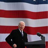 19. Januar 2021  Es ist ein Bild mit Stahlkraft: In New Castle hält Joe Biden am Vorabend der Amtseinführungeine Abschiedsrede vor einer übergroßen Nationalflagge. Es ist ein besonderer Moment für den 78-Jährigen. Hier im US-BundesstaatDelaware ist er aufgewachsen, hier zog er seine eigenen Kinder groß. Für die nächsten vier Jahre wird das Weiße Haus seine Heimat sein.