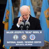 """Schon nach den ersten Sätzen seiner fast sieben Minuten langen Ansprache kämpft Joe Biden mit den Tränen.""""Entschuldigt die Emotionen. Aber wenn ich sterbe, wird 'Delaware' auf meinem Herz geschrieben stehen"""", sagt er und dankt den Einwohnern für ihre Unterstützung.Er sei tiefbewegt, seine Reise zur Amtseinführung von hier zu starten."""