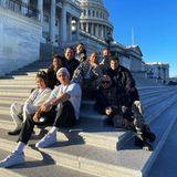 """Auch Sängerin Jennifer Lopez ist mit ihren Tänzer und Tänzerinnen schon vor Ort. """"Inauguration Squad"""" – """"Die Gang für die Amtseinführung"""" – schreibt sie zu einem Gruppenfotoauf den Stufen des Kapitols."""