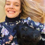"""Wir sind uns nicht ganz sicher, wer von diesen beiden das schönere """"Lächeln"""" hat. Model Natalia Vodianova oder ihr niedlicher Vierbeiner."""