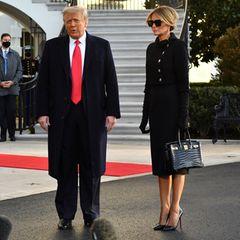 Auch bei der Wahl ihrer Accessoires bleibt sich Melania Trump treu: Die sindelegant und sehr teuer. Zu schwarzen Louboutin-Heels und schwarzen Handschuhen trägt sie eine schwarze Sonnenbrille und hält eine Birkin-Bag von Hermès aus Krokodilleder in Schwarz, Kostenpunkt angeblich rund 70.000 Dollar.