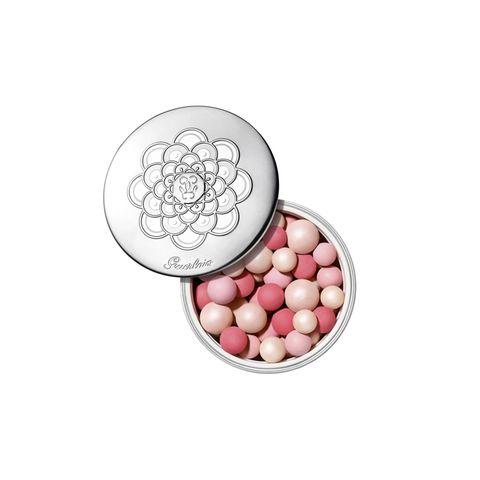 Mit der Frühlingskollektion feiert Guerlaindie reine Leuchtkraft der Perle. Absolutes Must-haves sind natürlich die ikonischenMétéorites Perlen, die in dieser Kollektion in einer ganz besonderen Limited Edition daher kommen. Die Dose erscheint mit neuem Design, das das Weiß von echten Perlen aufgreift. Die mehrfarbigen Perlen in Pinktönen sorgen für einen makellosen, strahlenden Teint.Météorites Pink Pearl von Guerlain, ca. 56 Euro.