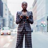 Und auch außerhalb des Laufstegs gab es so Einiges zu sehen. Moderatorin Nikeata Thompson sieht in ihrem Lana Mueller Power-Suit großartig aus!