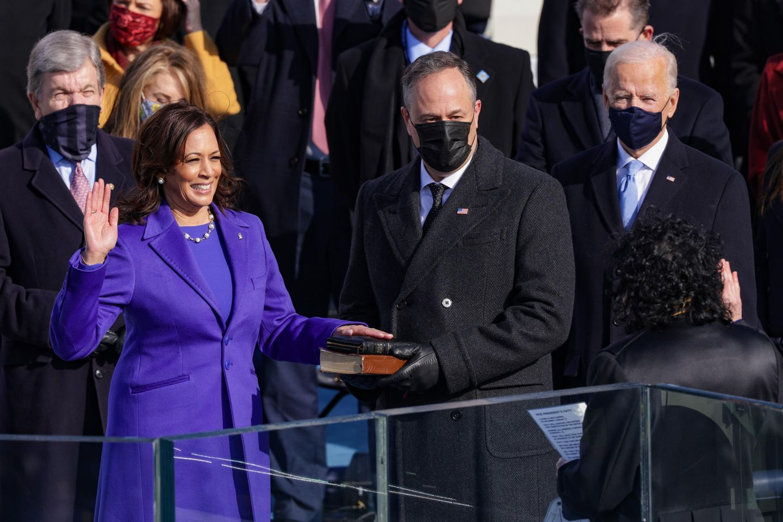 Das Warten hat ein Ende! Kamala Harris wird mit dem heutigen Tag die erste weiblicheAfroamerikanerin und asiatische Vizepräsidentin der USA sein. Und natürlich lässt es sich Kamala nicht nehmen, an ihrem besonderen Tag der Amtseinführung ein ganz besonderes Zeichen zu setzen. Bei dem Designer ihres lilafarbenen Outfits handelt es sich um Christopher John Rogers, einem 27-jährigen Schwarzen und queeren Nachwuchsdesigner aus New York. Mit ihrem Look unterstützt die Vizepräsidentin also ganz klar die Black- und Queer-Community, die in den letzten Jahren stark unter Donald Trump gelitten hat.
