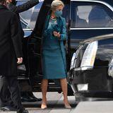 Adleraugen haben es vielleicht gemerkt: Jill Biden hat ihre Accessoires gewechselt. Bei der Ankunft am Kapitol trägt sie noch beigefarbene Pumps von Jimmy Choo und eine zum Mantel passende Clutch.