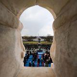 Ein Blick aus dem Kapitol auf die Bühne, auf der Joe Biden gleich eingeschworen wird.