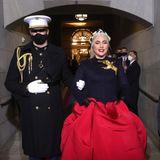 Auftritt: Lady Gaga! In einer imposanten Robe schreitet sie durch den Tunnel des Kapitols, hinaus auf die Tribüne.