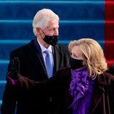 Bill und Hillary Rodham Clinton sind der Einladung ebenfalls gefolgt. Sie waren von 1993 bis 2001 im Amt. Der Mund-Nase-Schutz des Ex-Präsidenten hängt etwas schief – macht nichts's, die Gattin wird es sicher gleich richten.