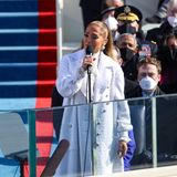 """Die nächste Pop-Größe tritt auf: Jennifer Lopez. Sie singt ein Medley aus """"This Land Is Your Land"""" und """"America The Beautiful"""". Danach stimmt sieein paar Takte ihres Mega-Hits """"Let's Get Aloud"""" an."""