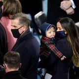 Die Familie Joe Bidens. Ashley, die Tochter von Jill und Joe, hält ihren Neffen im Arm. Sein Papa Hunter steht neben ihm. Am Bildrand sieht man Robert Biden II, ein Enkel des Präsidenten.