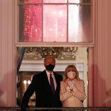 Auf dem Balkon des Weißen Hauses werden Joe und Jill Biden in rotes Licht getaucht – der Anblick, der sich ihnen bietet, ist zum Staunen! Ergriffen legt der Präsident seinen Arm um seine Frau.