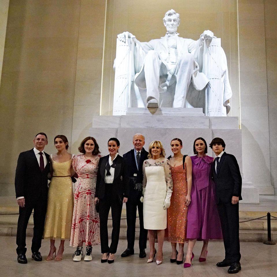 """Joe Biden und First Lady Jill Biden posieren mit ihrer Familie vor der Statue von Abraham Lincoln beim """"Celebrating America"""" -Event am Abend des 20. Januar 2021.."""