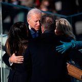 Der Amtseid istgeschafft! Joe wird von seiner Frau, seiner Tochter und seinem Sohn umringt und umarmt. All sind stolz auf ihren Mister President!