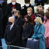 20. Januar 2021  Der große Tage ist gekommen! Heute wird Joe Biden auf dem Capitol Hill in Washington als 46. Präsident der USA eingeschworen. Mit dabei sind neben Ehefrau Jill seine Tochter Ashley (im schwarzen Mantel) und sein Sohn Hunter (ebenfalls im schwarzen Mantel). In Reihe drei sieht man Joe Bidens Schwiegertochter Melissa, seien Enkel Robert II und seine Enkelin Natalie (rosafarbener Mantel).