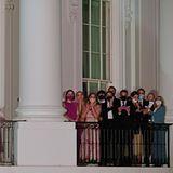 """Vom Balkon des Weißen Hauses schauen sich die Bidens ein gigantisches Feuerwerk an. Dazu singt Pop-Star Katy Perry am drei Kilometer entfernten Lincoln Memorial ihren Mega-Hit """"Firework"""". Was ein Tag, was ein Abend für die Bidens!"""