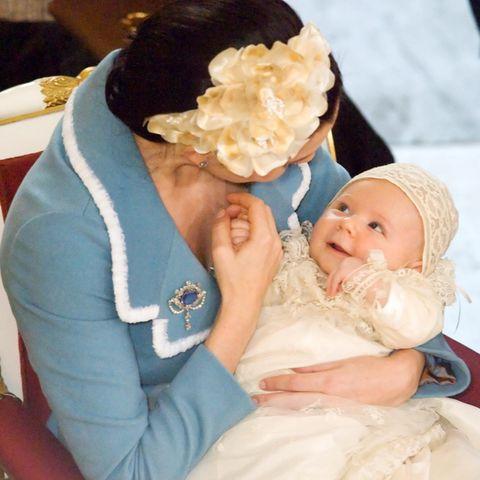 Royale Täuflinge: Welcher kleine Prinz strahlt hier seine Mama an?