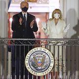 Auf einen großen Ball müssenJill und Joe Biden natürlich dieses Jahr verzichten, trotzdem lässt es sich die neue First Lady nicht nehmen, denEinzug ins Weiße Haus mit einem Klamottenwechsel zu feiern. Wie bereits Kamala Harris zuvor, wählt Jill einen weißen Look -eine der Farben der Suffragetten-Bewegung und zugleich auch das Symbolfür Frieden. Obwohl sie bei ihrem zweiten Inauguration-Lookkein amerikanisches Indie-Labelwählt, ist das Outfit von GabrielaHearst nicht weniger bedeutsam.