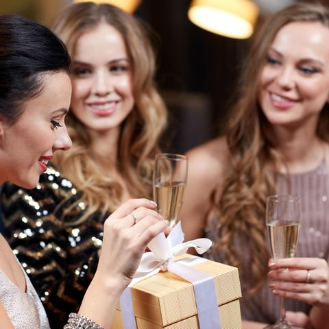 Junge Frauen mit Geschenk. Frauen feiern, Frauen beschenken sich