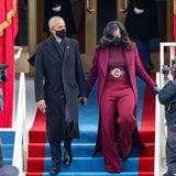 Wow, wir müssen uns erstmal hinsetzen: Michelle Obama beweist bei der Amtseinführung von Präsident Joe Biden, dass sie– auch vier Jahre nachdem ihr Gatte Barack Obama als Präsident abgedankt hat – immer noch eine der stilsichersten Frauen der Welt ist. Sie trägt eine atemberaubende weinrote Kombination aus Rollkragenshirt, weiter Palazzohose, Maxi-Mantel und auffälligem Gürtel des US-amerikanischen Designers Sergio Hudson.