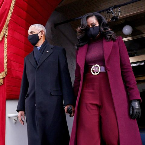 Schon in der Vergangenheit setzte die Juristin auf Outfits des aufstrebenden Jungdesigners. Zu diesemPower-Look kombiniert sie Lederhandschuhe, Schuhe und Maske in Schwarz. Die Haare fallen in glamouröse Föhn-Wellen auf ihre Schultern.