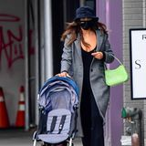 Lässig, wie man es inzwischen von dem Supermodel gewohnt ist: Bei ihremAll-Black Outfit mit Plateau-Boots und Schlaghosezeigt sie Dekolleté. Der graue Mantellockert den Look nochmal auf. Mit diesem Style bringt sie ihre Tochter Lea in die Kita.