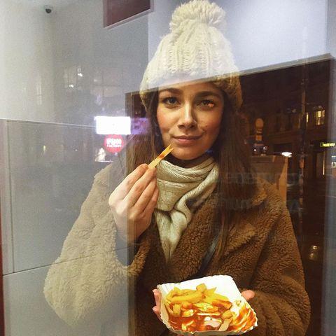 Pommes gehen immer?Die Devise giltfür Janina Uhse wohl nicht ganz, sie gönnt sichihre frittierten Kartoffelstreifen wohl nur an einem bestimmten Pommes-Tag. Dann aber eine ordentliche Portion mit Ketchup.